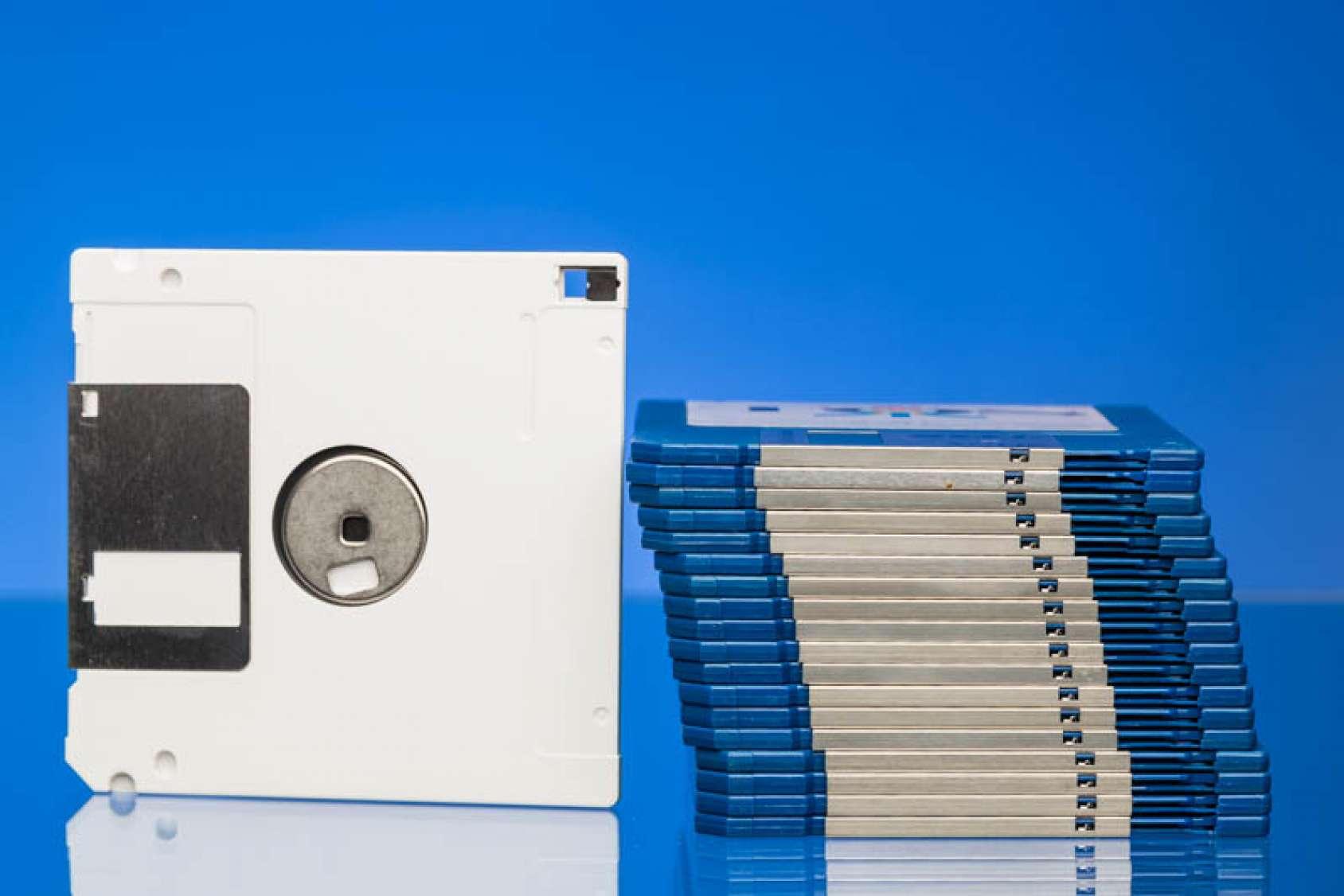 Disketten weiss und blau, Bußgeld DSGVO, Arzt, Krankenhaus, IT-Sicherheit, Berechtigungskonzept, Zugriffsteuerung, technisch-organisatorische Maßnahmen, EU-Datenschutzgrundverordnung, Gesundheitswesen